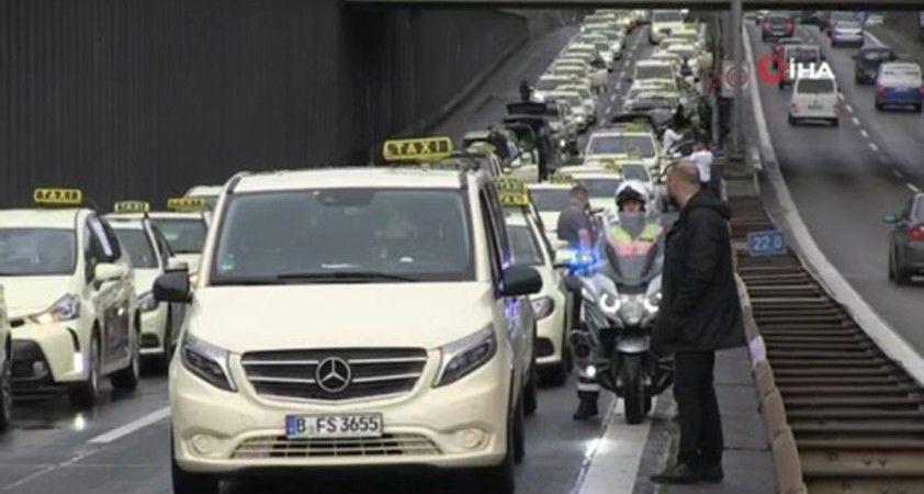 Berlin'de açılan yeni havalimanı taksiciler tarafından protesto edildi