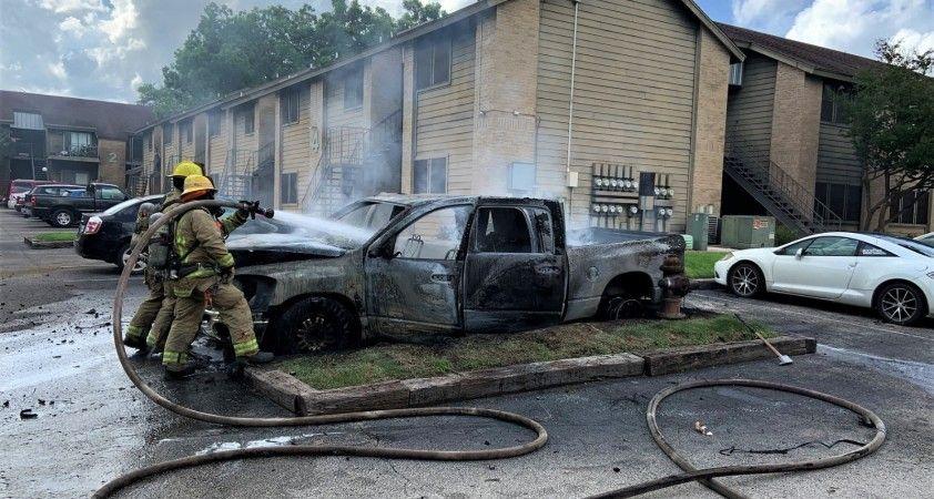Kahraman polisler, yanan aracın camını kırarak sürücüyü son anda kurtardı