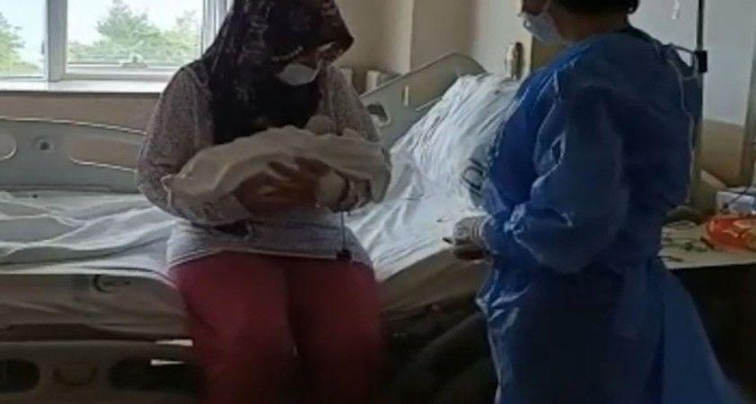 Covid-19 hastası hamile kadın tedavinin ardından bebeğine kavuştu