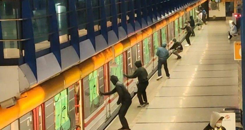 Prag metrosuna sprey boyalı saldırı