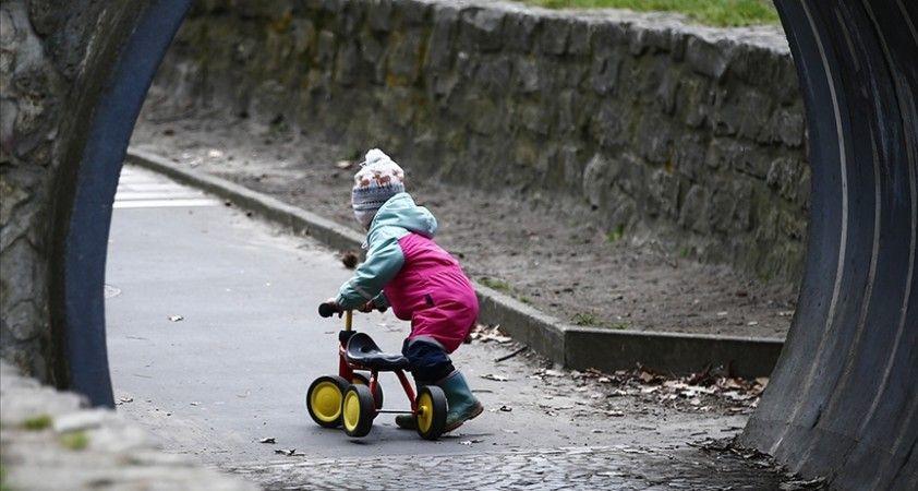 İngiltere'de Kovid-19'a yakalanan çocukların yüzde 15'inde semptomlar 5 haftadan fazla sürdü