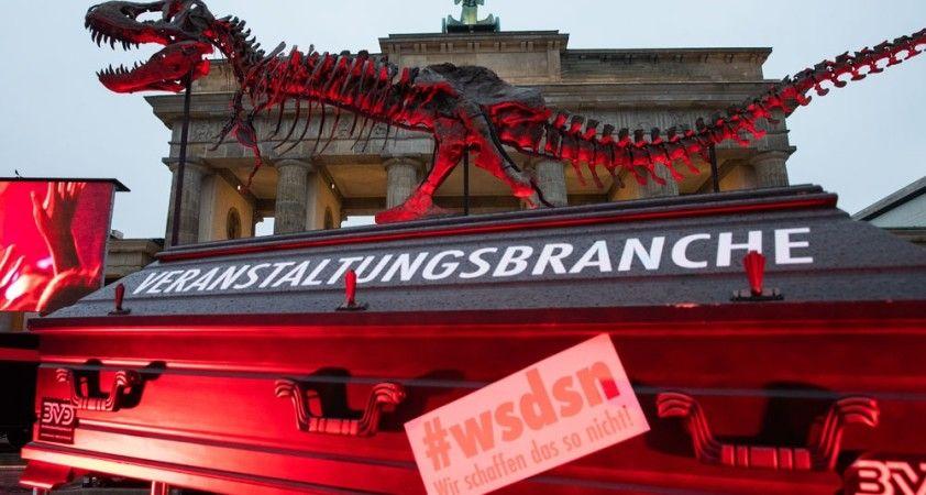 Almanya'da tabutlu korona virüs protestosu