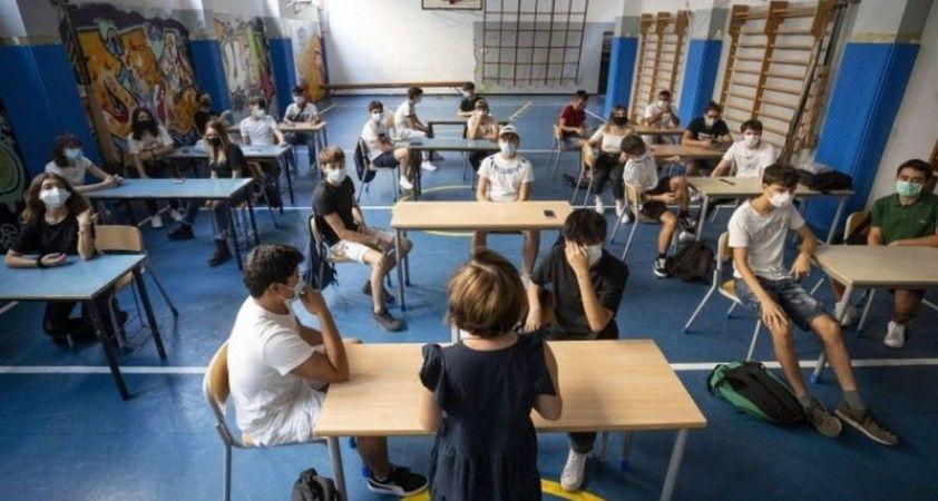 İtalya'da okullar 6 ay sonra açıldı: Kilise, tiyatro, parklarda ders