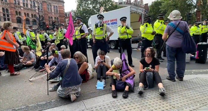 İngiltere'de çevreci grubun eylemine polis müdahalesi