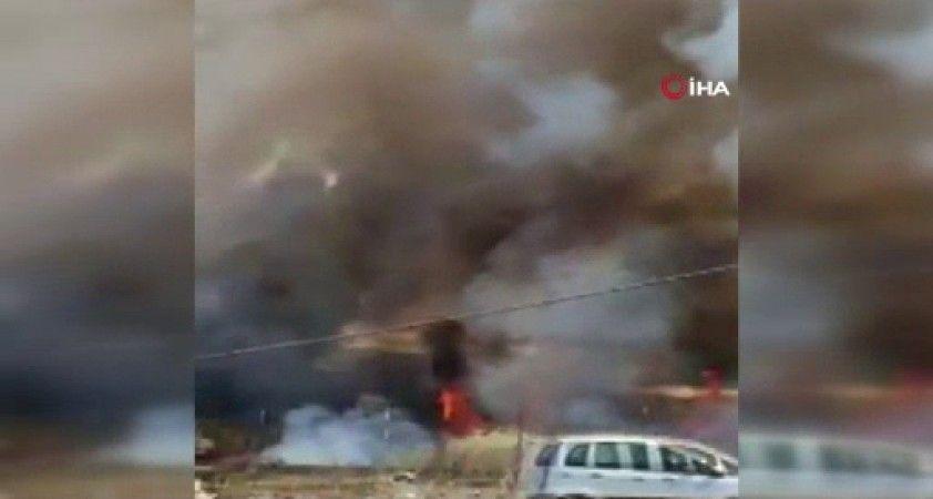 İtalya'da hurdalıktaki araçlar alev alev yandı