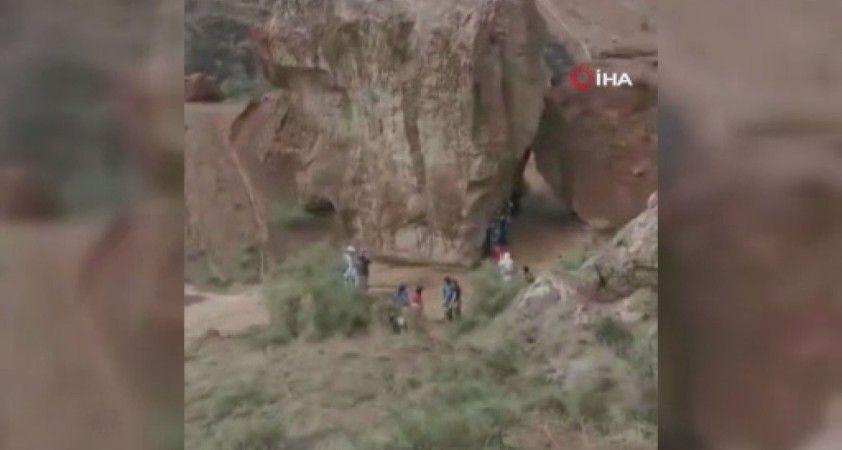 Kazakistan'daki kanyon turuna çıkan öğrenciler sele yakalandı: 2 ölü