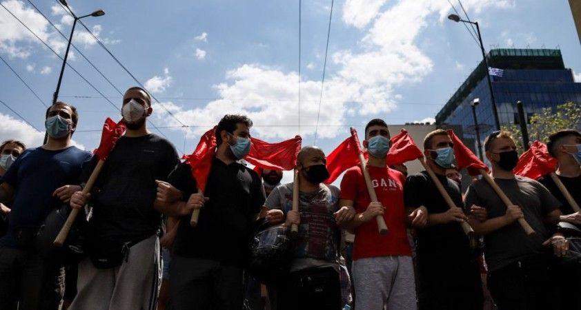 Atina'da polisten öğrenciye tekmeli müdahale