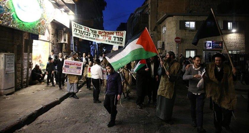 Kudüs'te İsrail bayrağını ateşe veren Ultra Ortodoks Yahudiler, Siyonizm'e tepki olarak Filistin bayrağı açtı