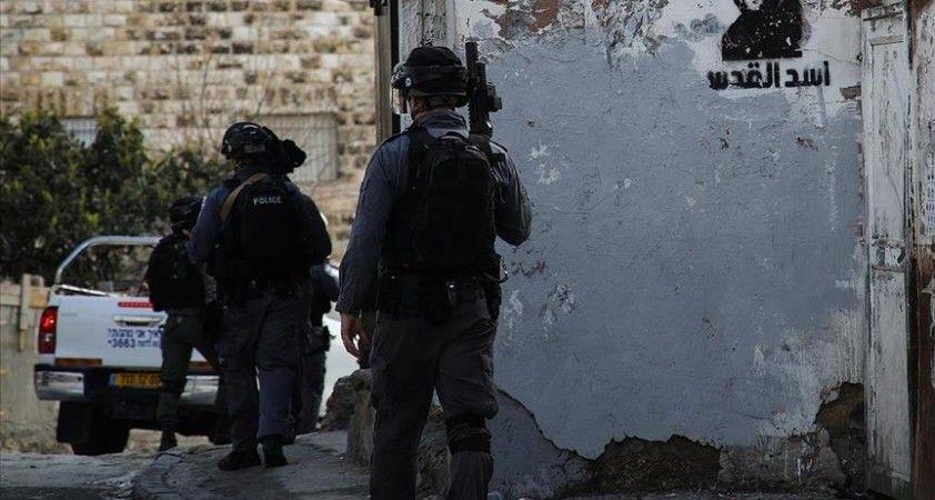 İsrail polisi Kudüs'te bir Filistinliyi yaraladıktan sonra gözaltına aldı