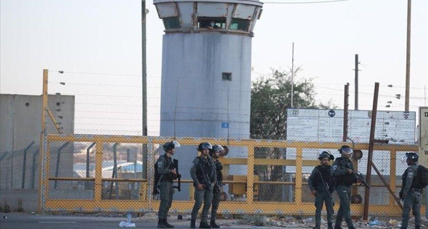 İsrail'de başka hapishaneye nakledilen Filistinli tutuklular darp edildi