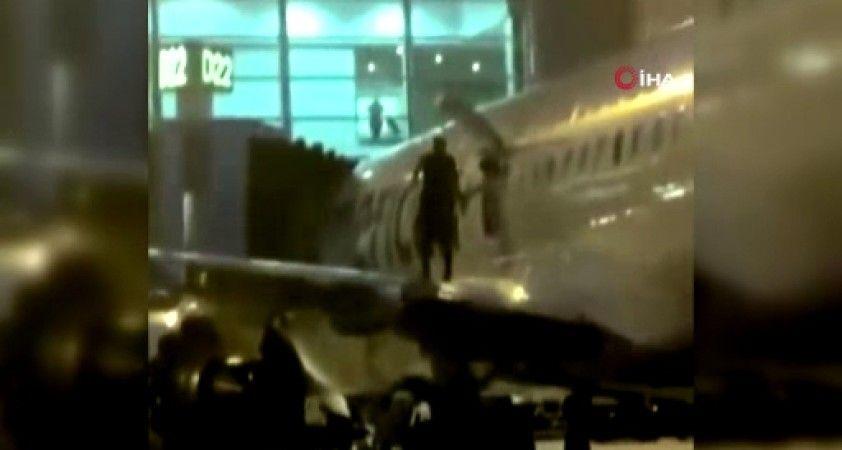 Terminale yaklaşan uçağın kanadına çıkan yolcuya gözaltı