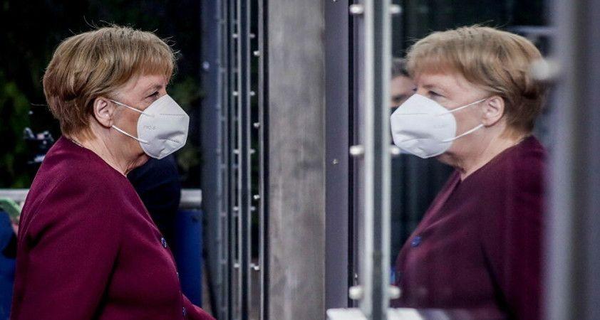 Merkel, Kovid-19 ile mücadelede sosyal teması daha da azaltma çağrısı yaptı