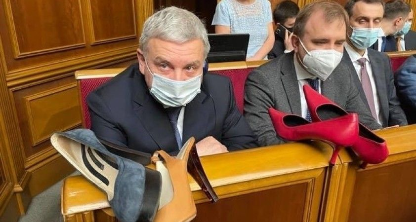 Ukrayna meclisinde savunma bakanına topuklu ayakkabı hediye edildi