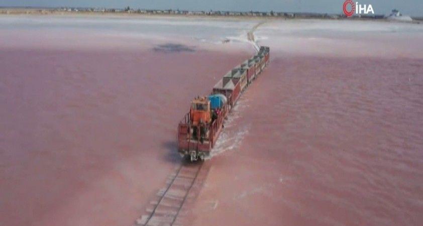 Burlinskoye Tuz Gölü pembeye büründü