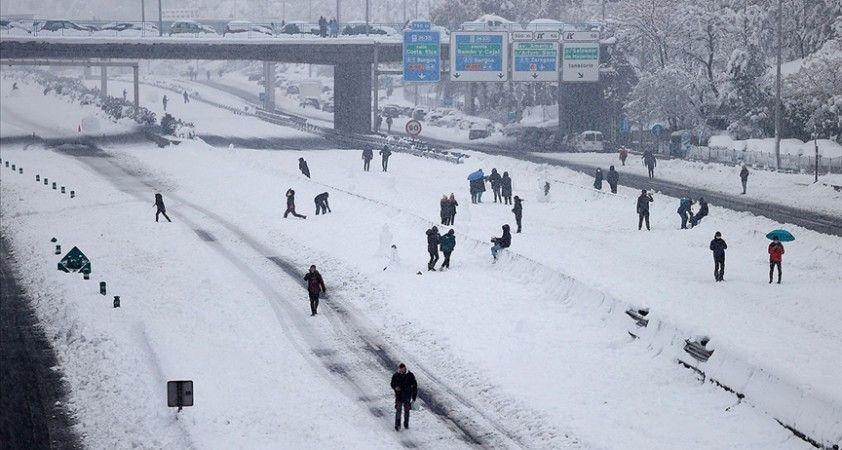 İspanya'da yoğun kar yağışı nedeniyle hayat durma noktasına geldi