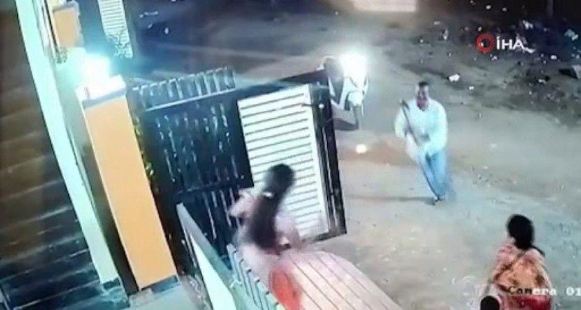 Hindistan'da baltalı saldırgan sokak ortasında kadına saldırdı
