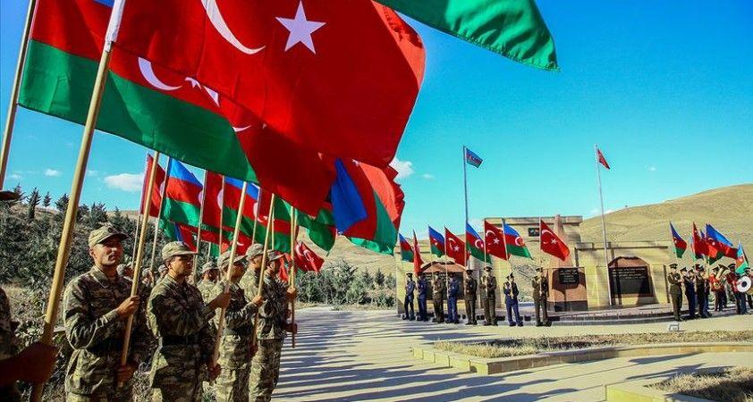 Bakü'nün kurtuluşunun 103. yıl dönümünde Azerbaycan ve Türk bayraklı geçit töreni