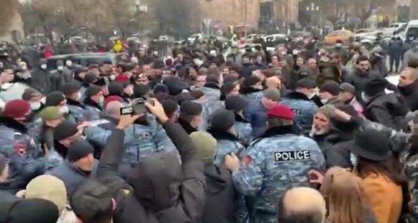 Ermenistan'da protestocular savcılık ve hükümet binasına yürüdü: 26 gözaltı