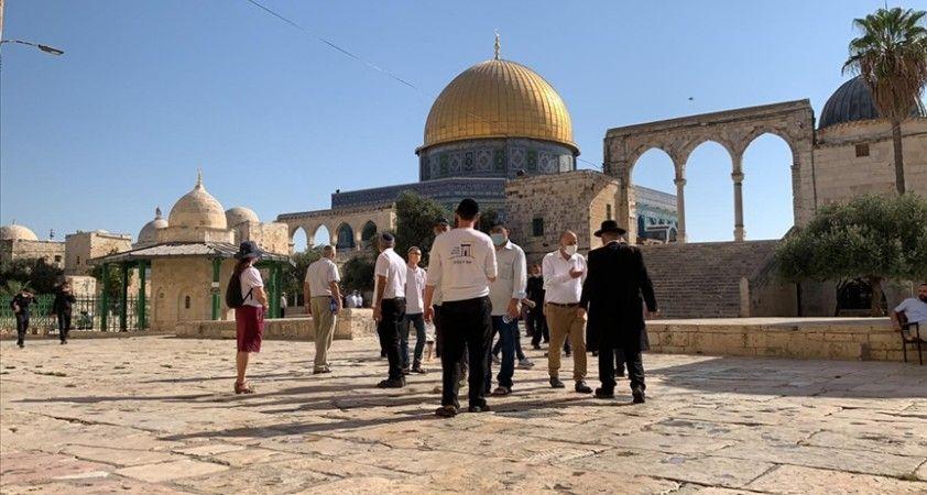 Fanatik Yahudi grup İsrail polisi korumasında Mescid-i Aksa'ya baskın düzenledi