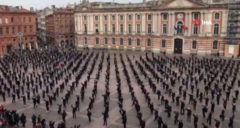 Fransız esnaflardan kendi cenazelerini temsil eden protesto