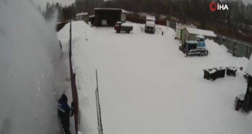 Rusya'da bir kişi çatıda biriken karın altında kaldı