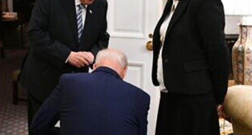 Biden'ın, İsrail Cumhurbaşkanı Rivlin'in Özel Kaleminin önünde diz çökmesi gündemde