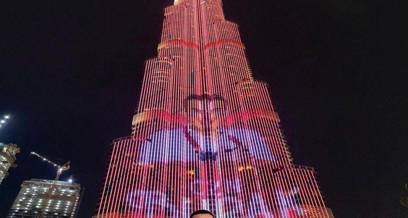Burj Khalifa'ya ünlü şef CZN Burak'ın fotoğrafı yansıtıldı