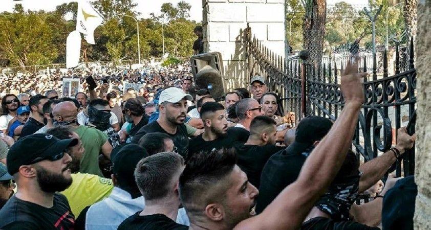 Güney Kıbrıs halkı, yeni koronavirüs önlemlerini protesto etmek için sokaklara çıktı