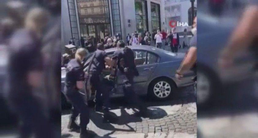 Paris'te, aracını kalabalığın üzerine sürdü: 1 yaralı