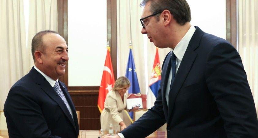 Çavuşoğlu, Sırbistan Devlet Başkanı Vuçiç'e imzalı Anadolu Efes forması hediye etti