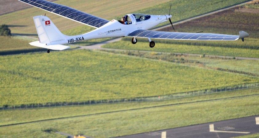 İsviçre'de güneş enerjisi ile çalışan uçaktan dünyanın ilk serbest atlayışına imza atıldı