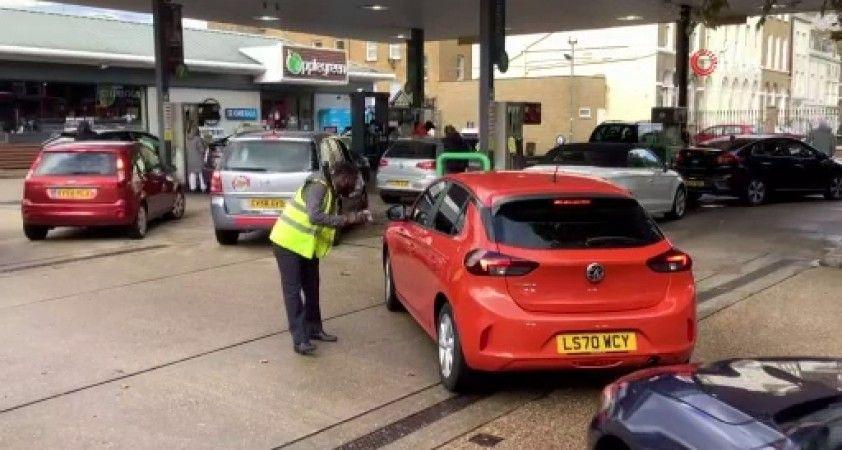 İngiltere'de benzin istasyonlarının önünde uzun kuyruklar oluştu