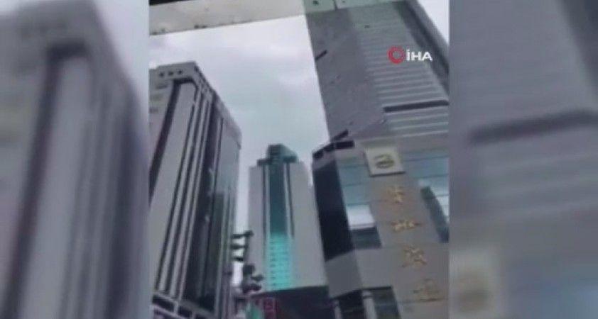 Çin'de sallanan 355 metrelik gökdelen korkuttu