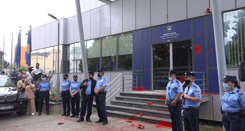 Kadın cinayetleri protestosunda başbakanlık binasına kırmızı boya atıldı