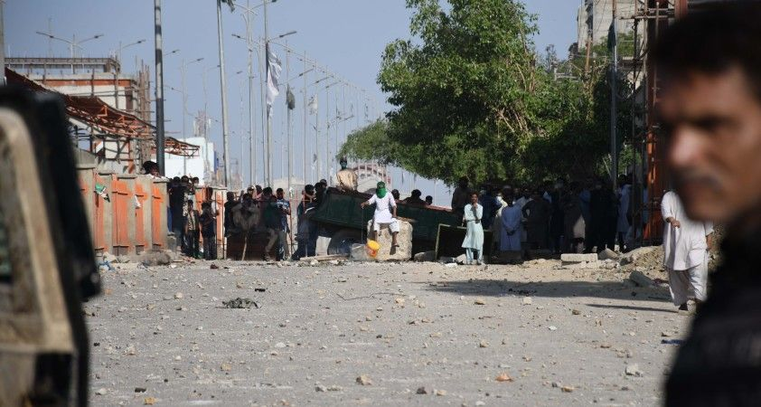Pakistan'da sokaklar savaş alanına döndü: can kaybı 3'e yükseldi