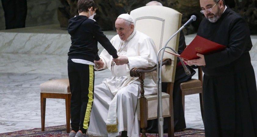 Papa Francis'e 10 yaşındaki çocuktan sevgi gösterisi