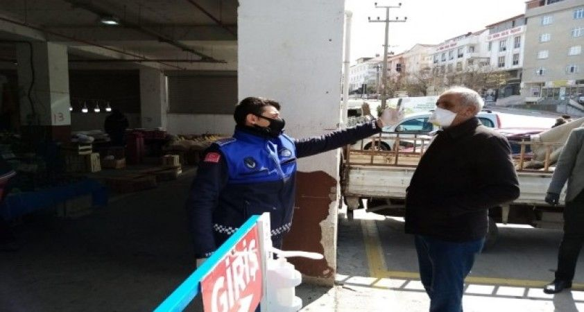 Körfez'de semt pazarları girişinde vatandaşların ateşlerini ölçüyor