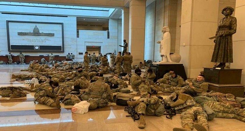 Washington'da Biden'ın yemin töreni öncesi güvenlik önlemleri artırıldı: ABD'li askerler Kongre binasında yerde yatıyor