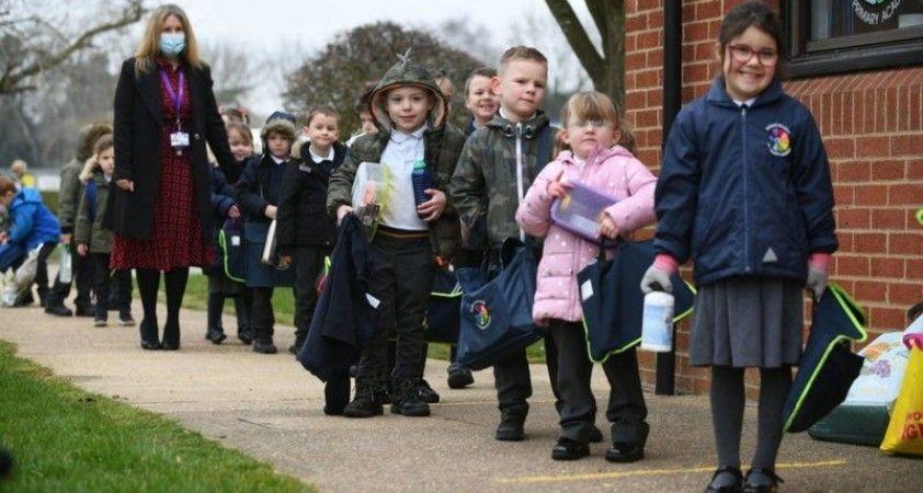 İngiltere'de okullar açıldı: Test ve maske var, sınav yok