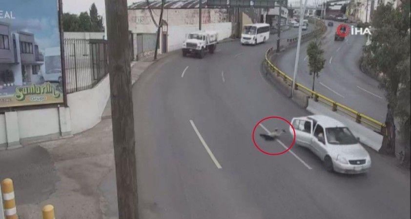 Küçük çocuk seyir halindeki araçtan yola düştü