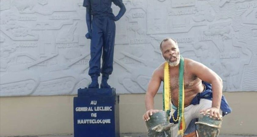 Afrikalı aktivist, halkını sömürgecilerin heykellerinden kurtarma mücadelesi veriyor