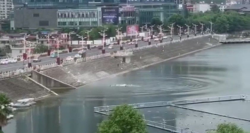 Çin'de öğrencileri taşıyan otobüs gölete düştü