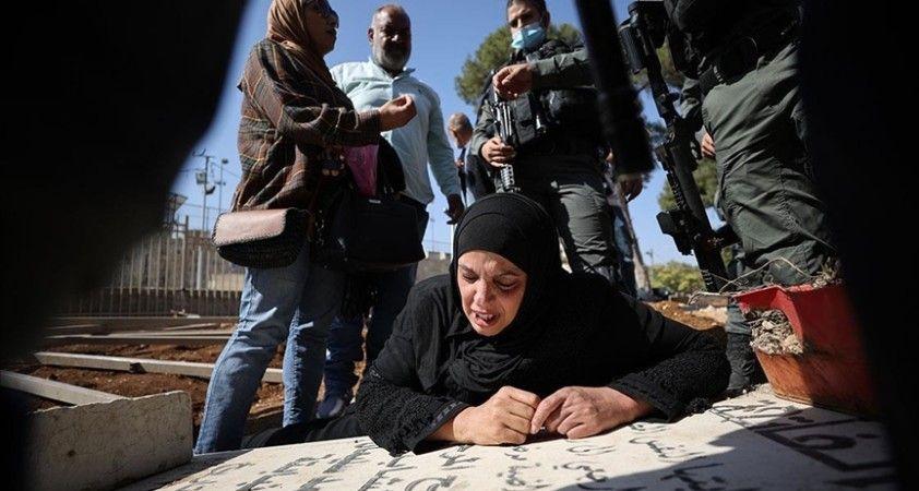 Kudüslü acılı anne İsrail'in Müslüman mezarlığındaki yıkımına oğlunun kabri başında tepki gösterdi
