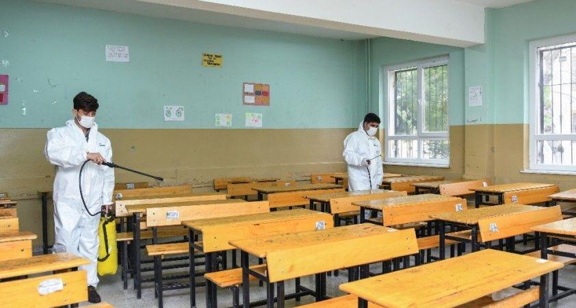 Esenyurt'ta okullar dezenfekte ediliyor