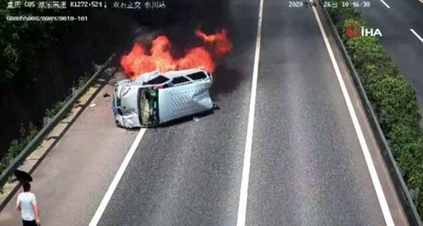 Alev alev yanan araçtan son anda kurtuldular