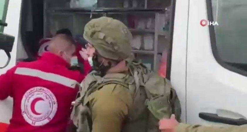 İsrail askerleri, ambulanstaki yaralı Filistinliye müdahale etti
