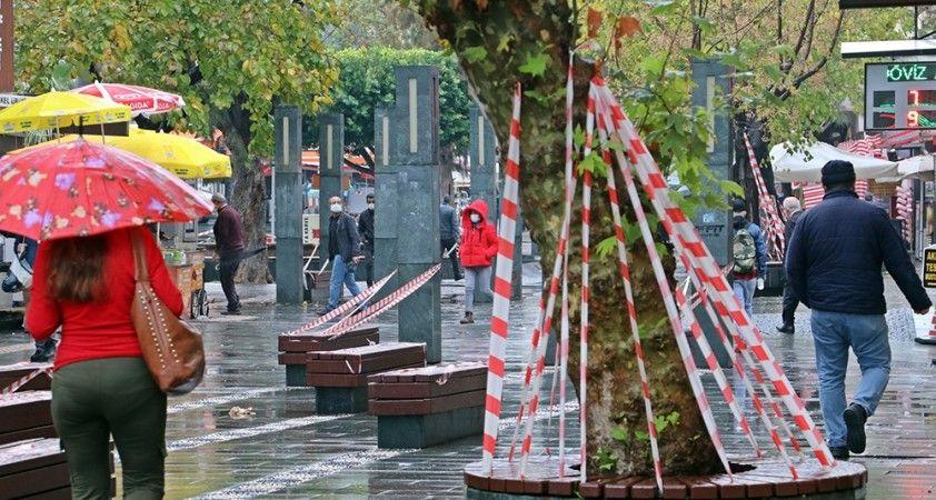 Antalya'da banklar şeritlerle kapatıldı