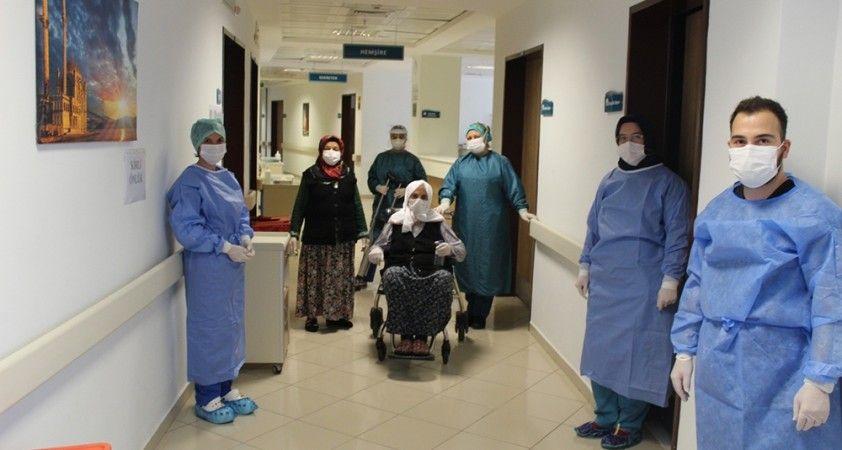 110 yaşında korona virüsü yenen Hamide Nine alkışlarla taburcu edildi