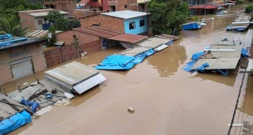 Bolivya'da şiddetli yağış nedeniyle nehir taştı