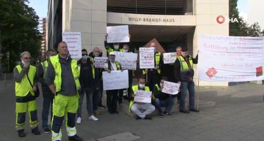 """Berlin'deki Tegel Havalimanı çalışanlarından """"işimi istiyorum"""" protestosu"""